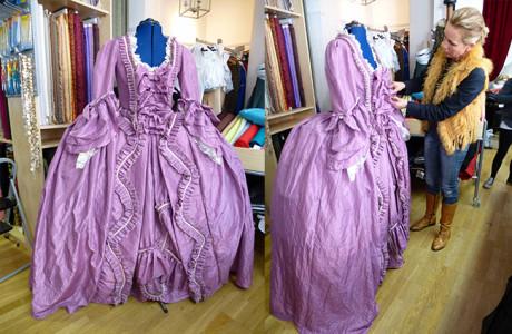 Sabine Wehner fertigt für Sie unter dem Label Velvetrobe  historische Bekleidung aller Epochen. Professionell und authentisch setzen wir Ihren Kostümtraum um. Lassen Sie sich verzaubern und begeben sich mit uns auf Ihre persönliche Zeitreise. <ul> <li>Mittelalter</li> <li>Renaissance</li> <li>Barock</li> <li>Rokoko</li> <li>Empire</li> <li>Gründerzeit</li> <li>Biedermeier</li> </ul>   <strong>Historische Kostüme für:</strong> <ul> <li>individuelle Persönlichkeiten</li> <li>Reiter</li> <li>Bühne</li> <li>Schlösser</li> <li>Museen</li> <li>Vereine</li> <li>Theater</li> </ul>